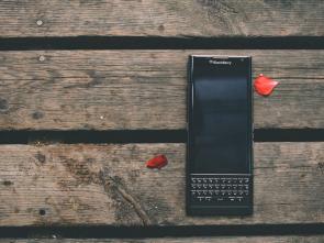 Celular preto modelo blackberry